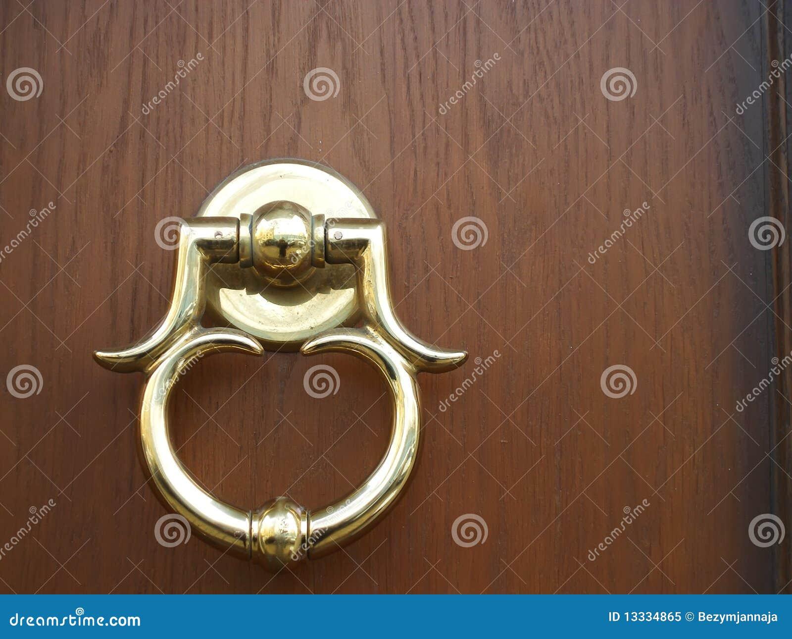 Tła drzwiowej złotej rękojeści nowy drewno
