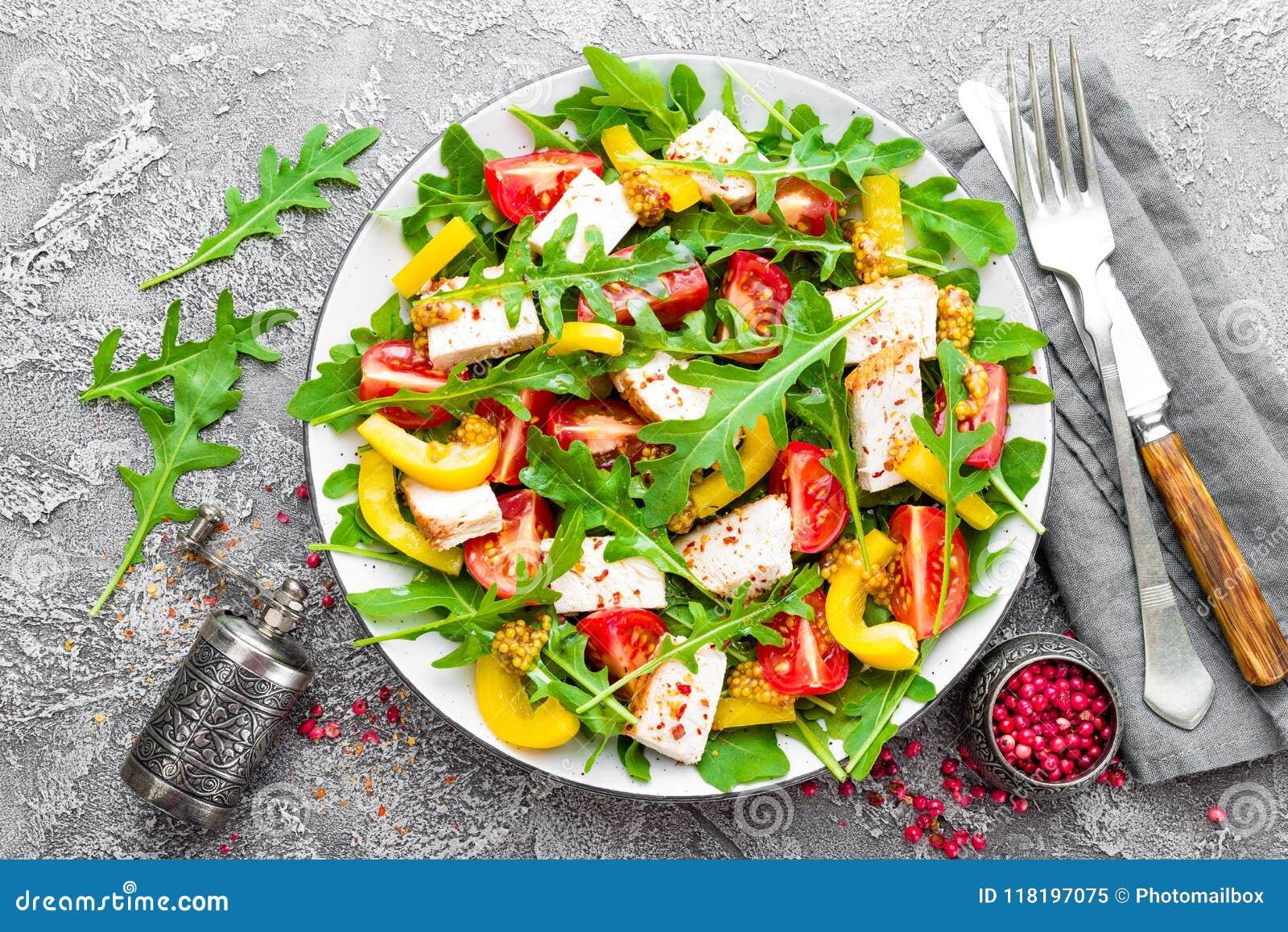 Tła pucharu kurczak odizolowywał pietruszki brzoskwini kawałków ryżowego sałatkowego biel Mięsna sałatka z świeżym pomidorem, sło