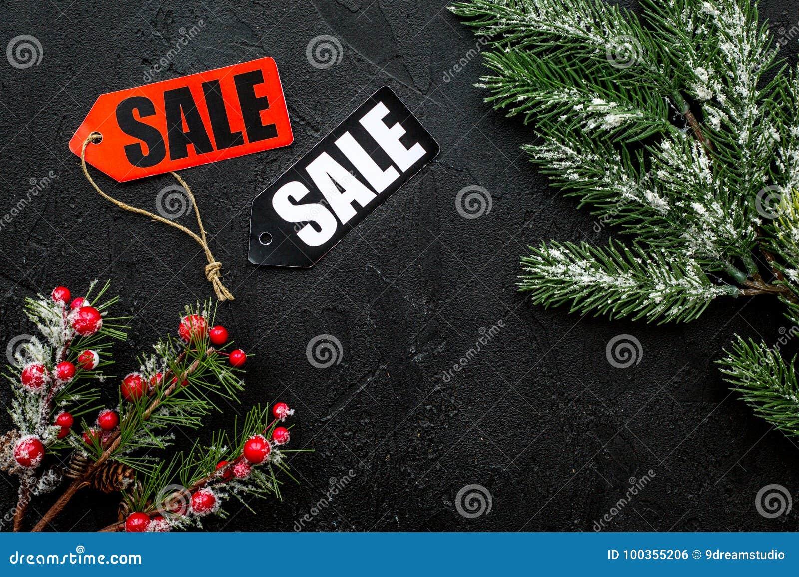Tła sprzedaży teksta wektoru zima Sprzedaży etykietki blisko świerczyny rozgałęziają się na czarnym tło odgórnego widoku copyspac