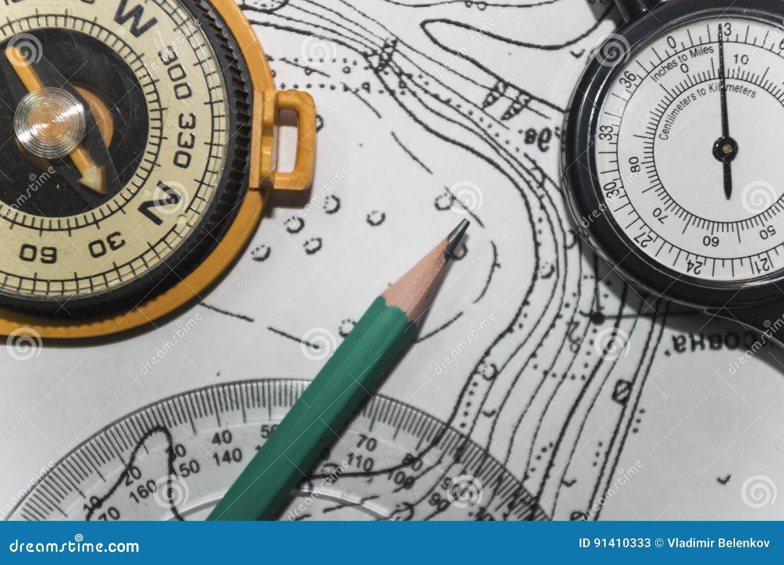 Tła terenoznawstwo ołówek stara mapa i kompas