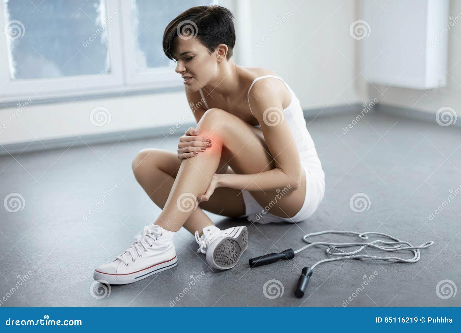 Tła uraz odizolowywający nogi biel Piękny kobiety uczucia ból W kolanie, Bolesny kolano