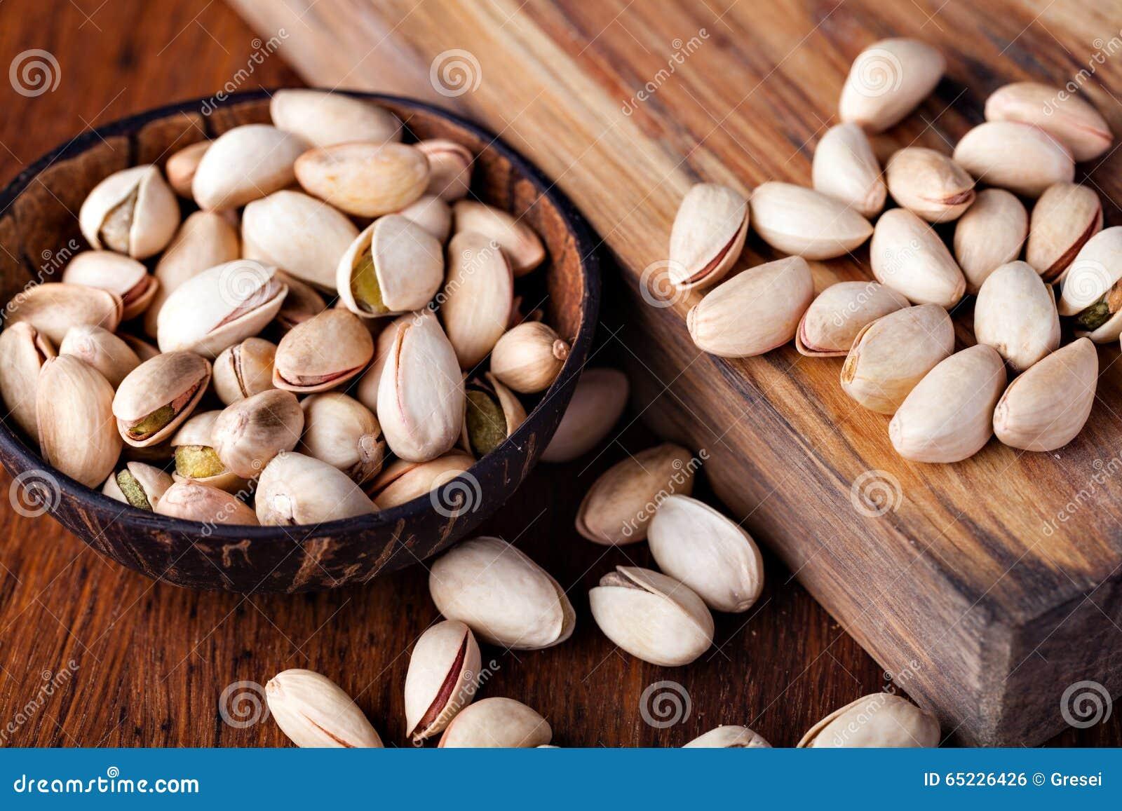 Tła zamknięta dokrętek pistacja w górę biel
