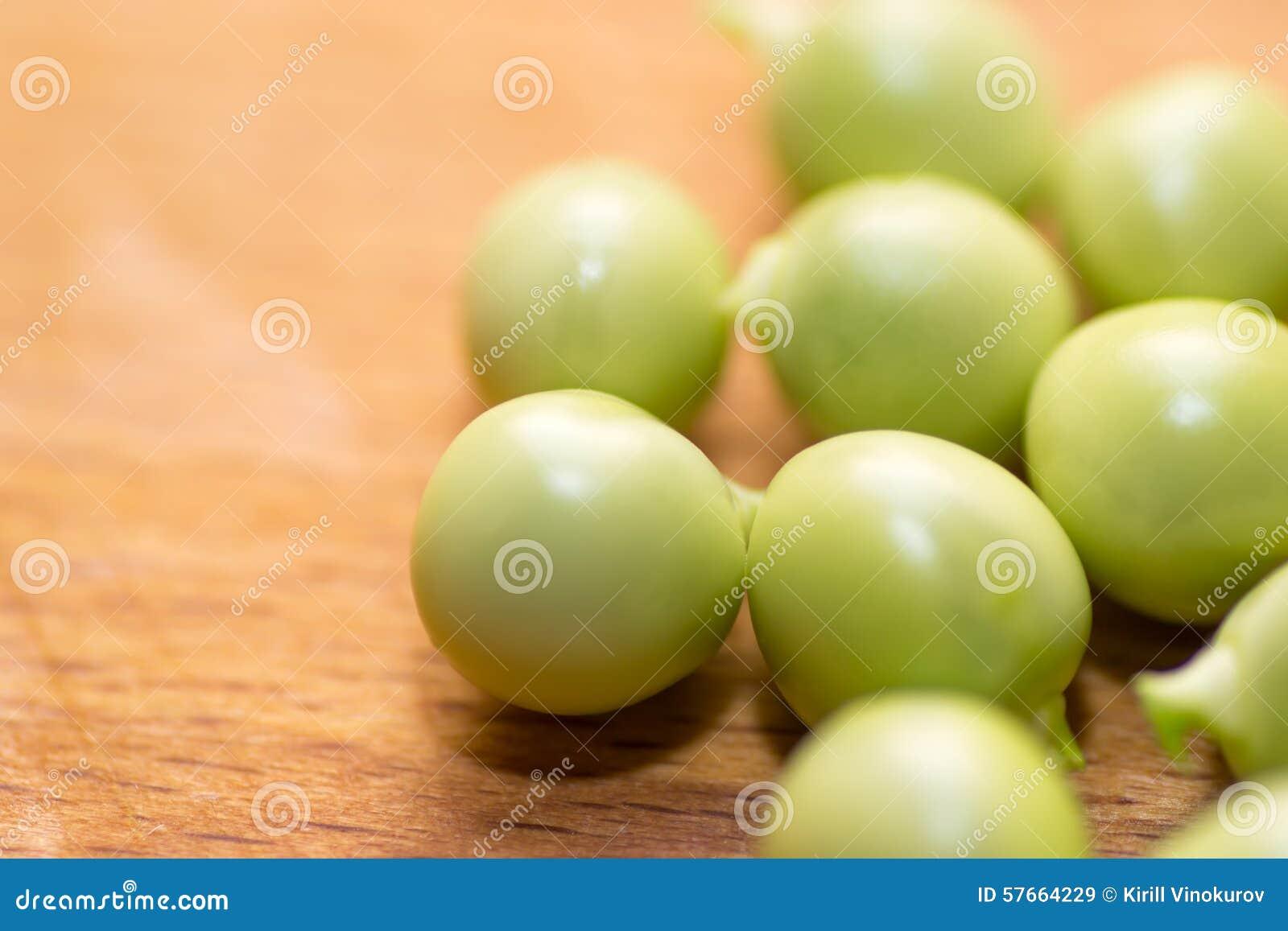 Tła zieleni odosobniony grochowy biel
