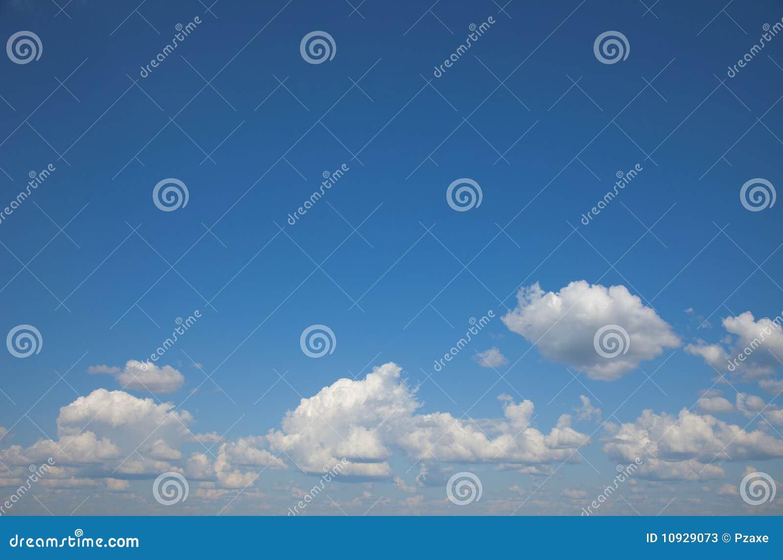 Tło chmurnieje cumulusu nieba lato