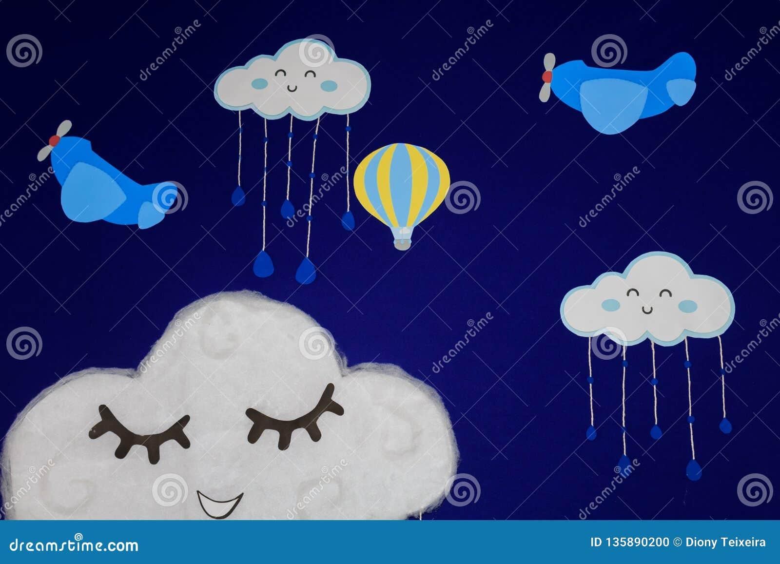 Tło dla przyjęcia urodzinowego, z samolotami, balonami i chmurami, ono uśmiecha się w pięknym niebieskim niebie