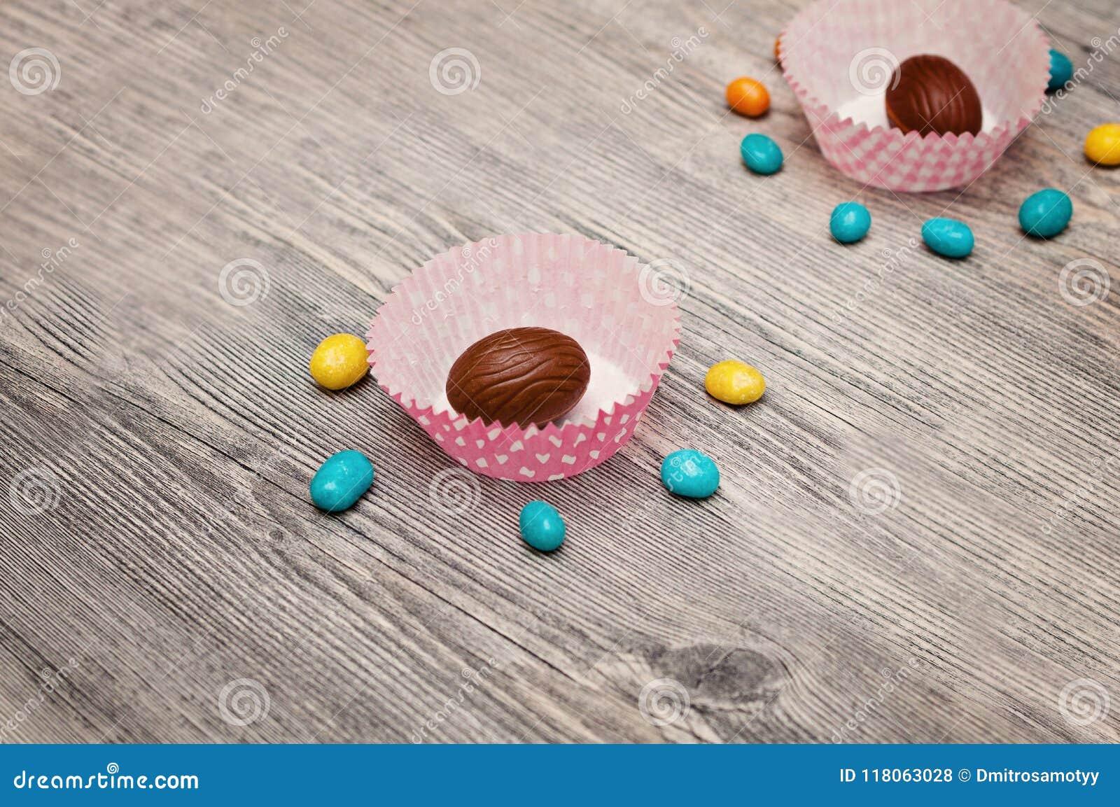 Tło jajka Szczęśliwy Wielkanocny literowania tło z realistyczny złoty połysk dekorującymi jajkami, confetti, złoty szczotkarski p