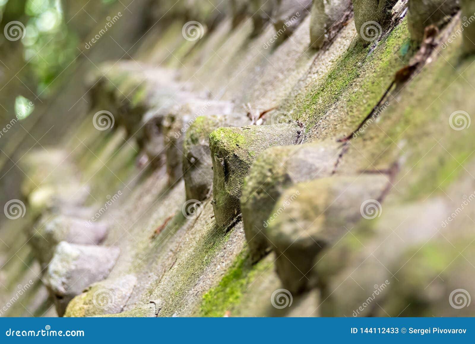 Tło kamienni brezentowi ostrzy kolce wiosłują projekta Asia ostrość na przedniego rzędu ochronnym ściennym starym wietrzejącym wz