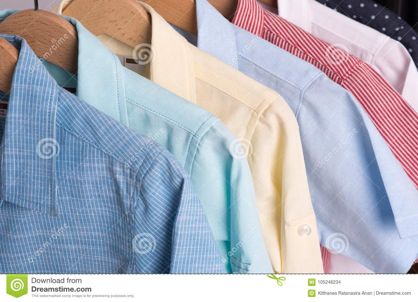 Tło Koszula Wiesza Na Wieszaku Zdjęcie Stock Obraz  1KHMP