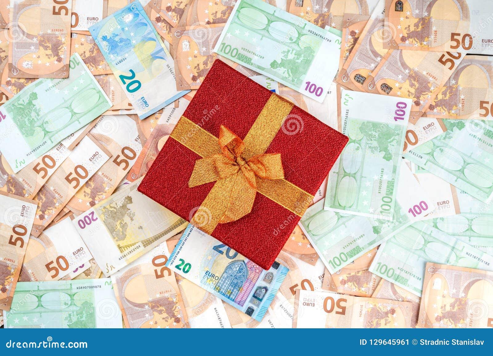 Tło od banknotów różna wartość Cenny czerwony prezent Odgórny widok