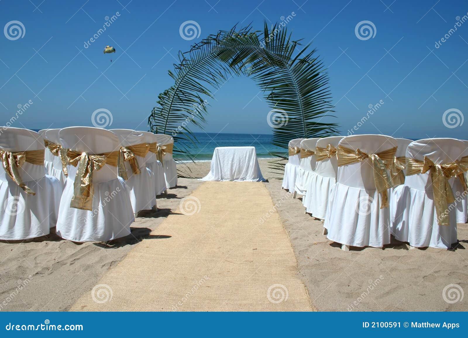 Tło plażowych arch krzeseł oceanu dłonie na ślub