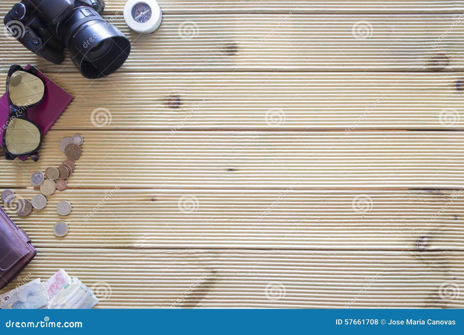 Tło rzeczy wycieczka na drewnianym stole