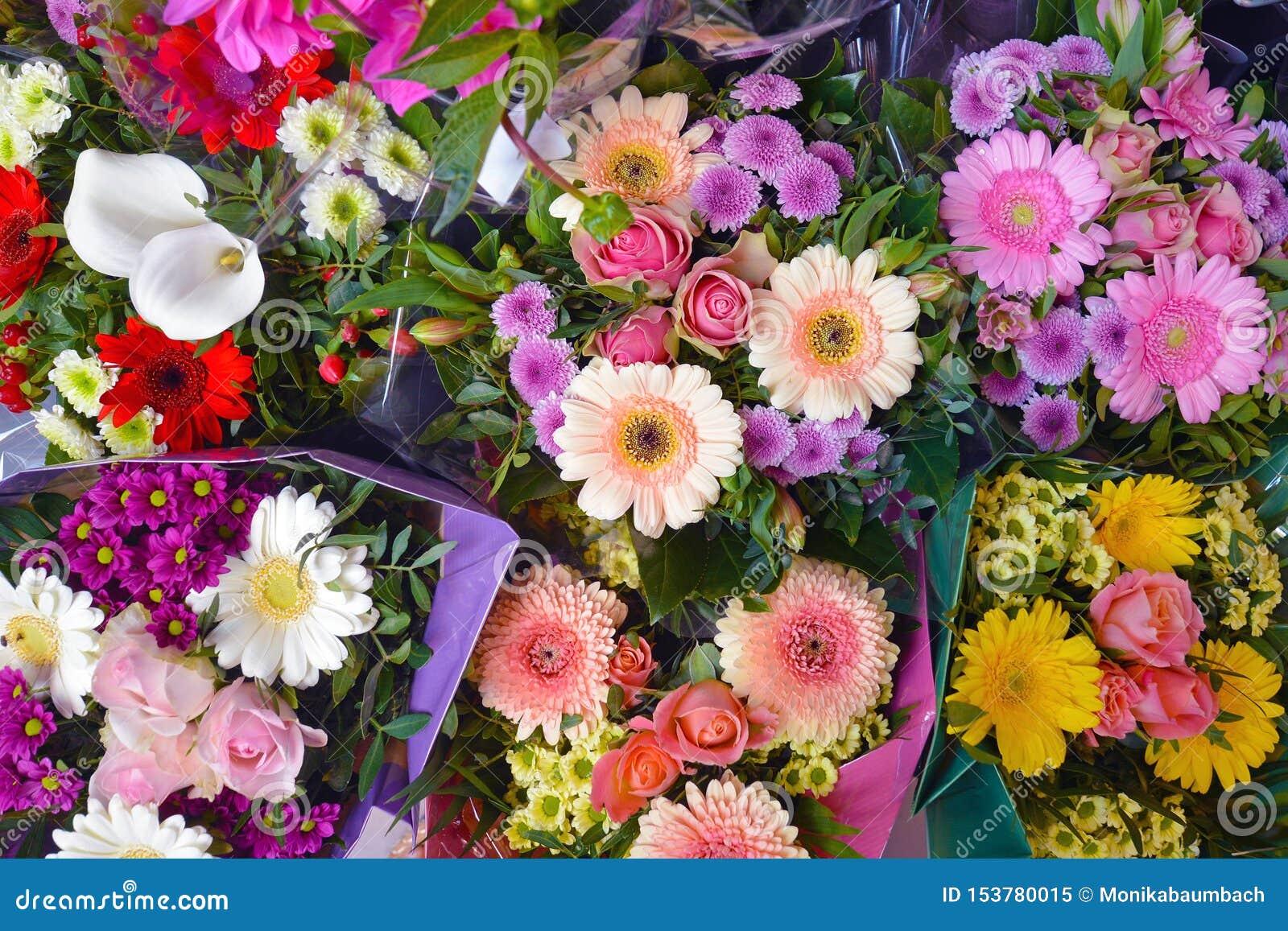 Tło z różnymi pięknymi kwiatów bukietami