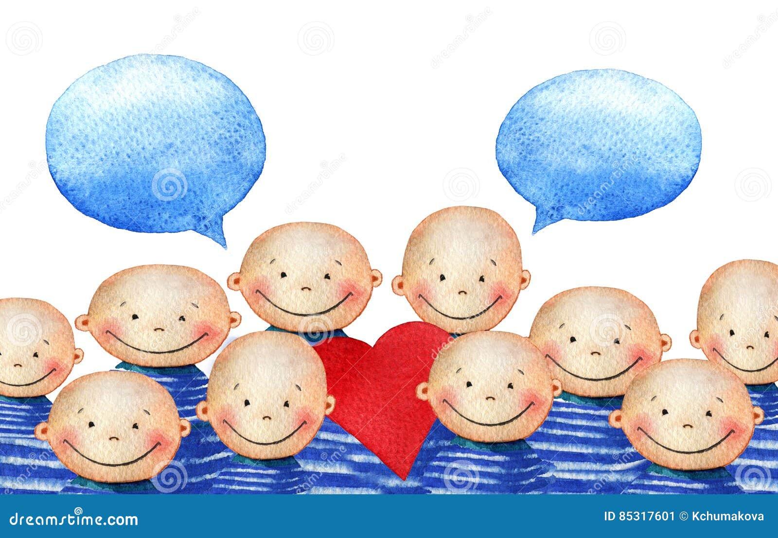 Tłum śliczna uśmiechnięta chłopiec w błękitnym pasiastym koszulki mienia sercu