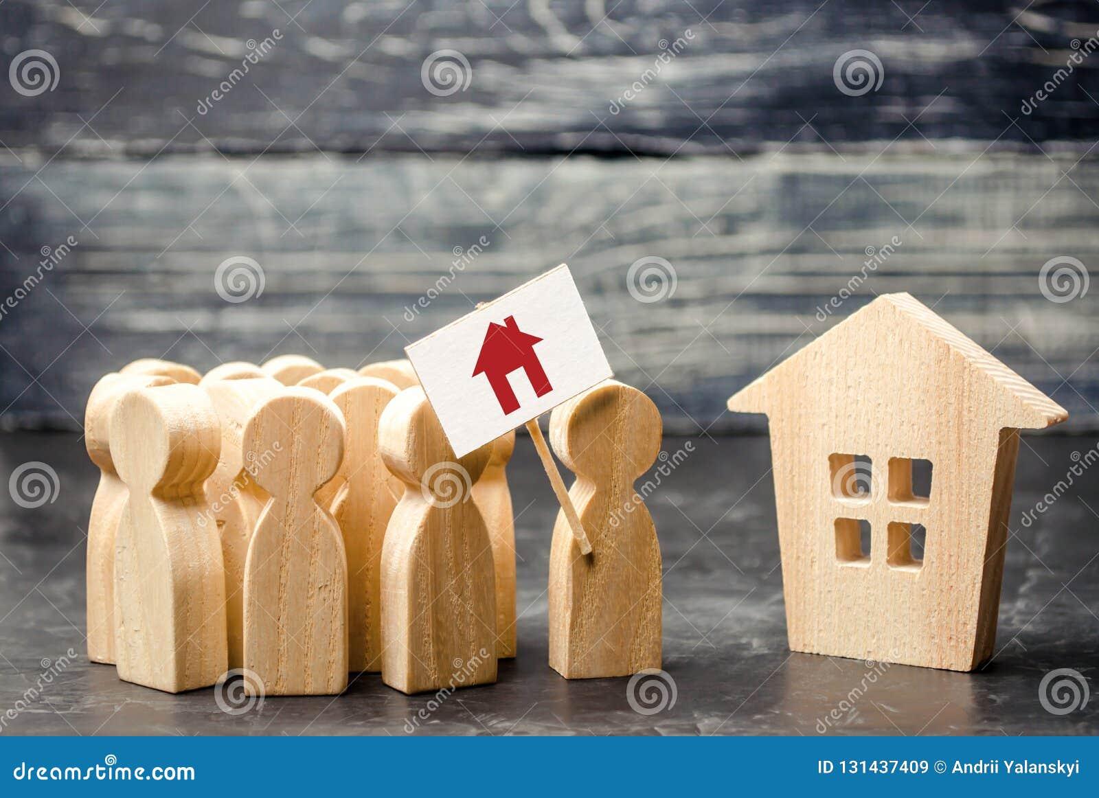 Tłum ludzie z plakatową pozycją blisko domu Pojęcie znalezienie budynek mieszkalny, nowy dom Wysokie zapotrzebowanie dla mieścić
