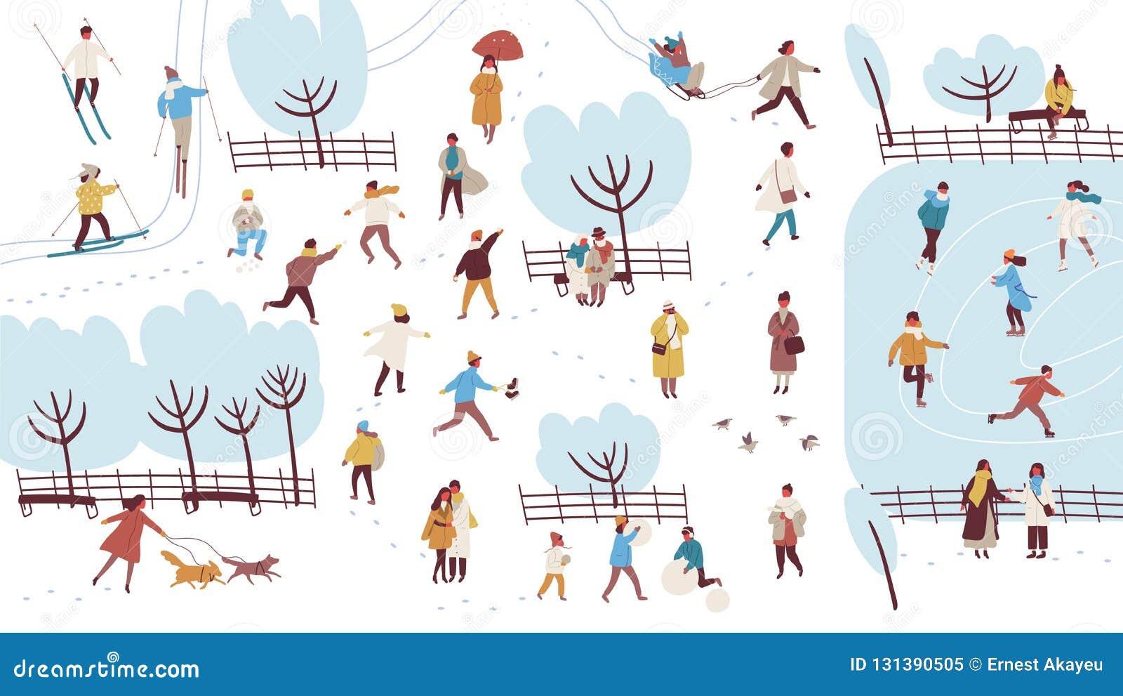 Tłum malutcy ludzie wykonuje plenerowe aktywność w zima parku ubierał w outerwear - budynku bałwan, miotanie