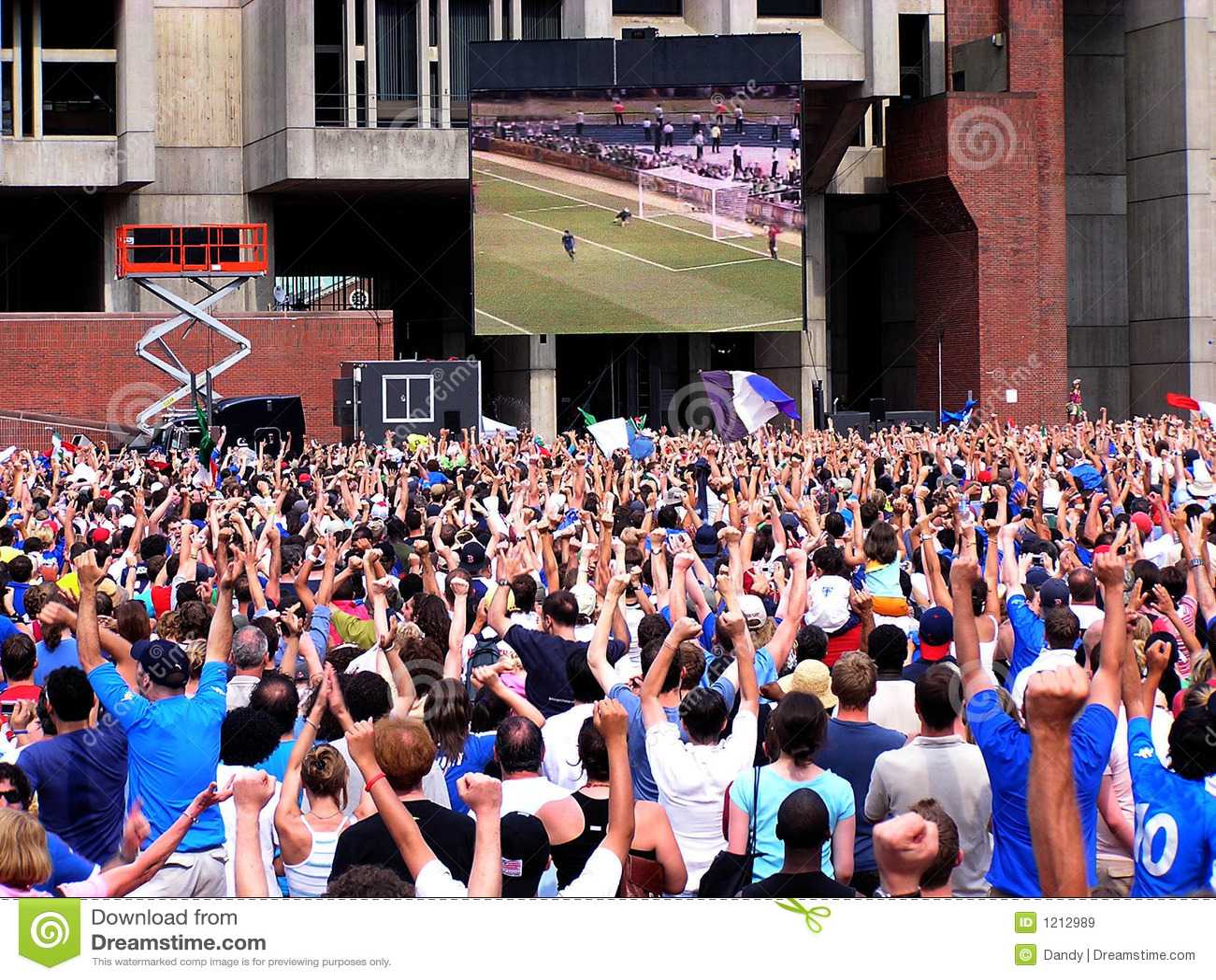 Tłum patrzy piłki nożnej