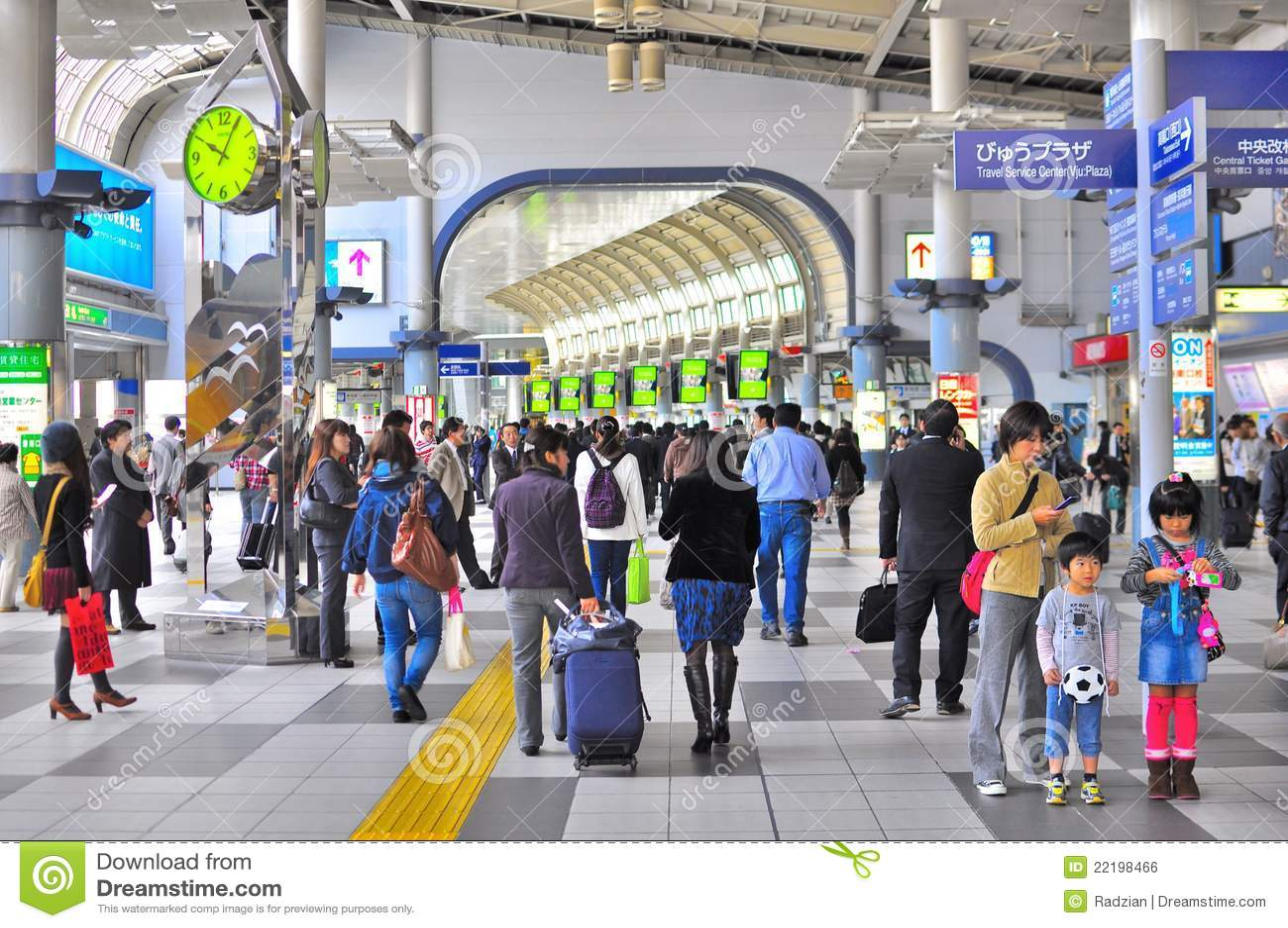 Tłumu shinagawa staci Tokyo pociąg