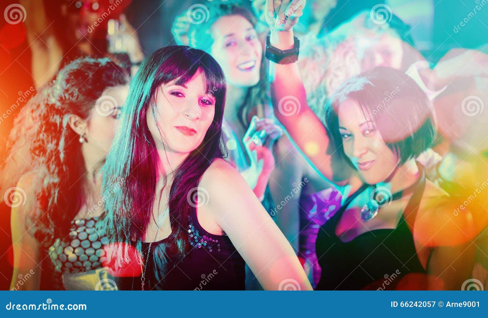 Tłumu taniec w świetlicowym mieć przyjęcia