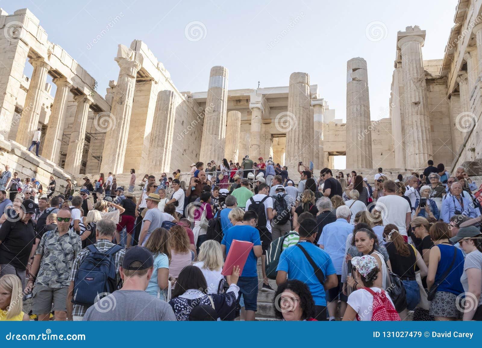 Tłumy ludzie odwiedza akropol