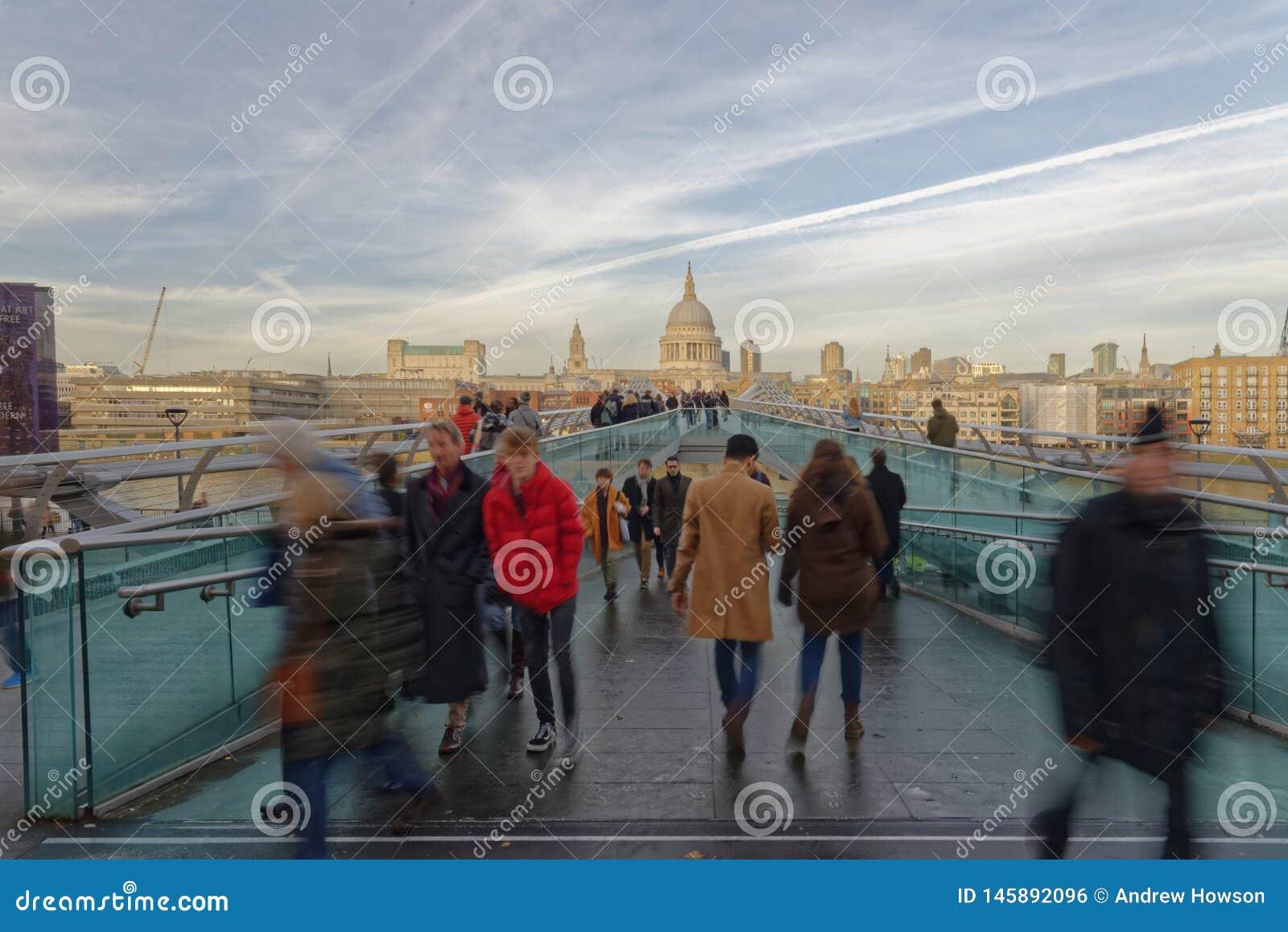 Tłumy na milenium moście z St Pauls w tle, Londyn