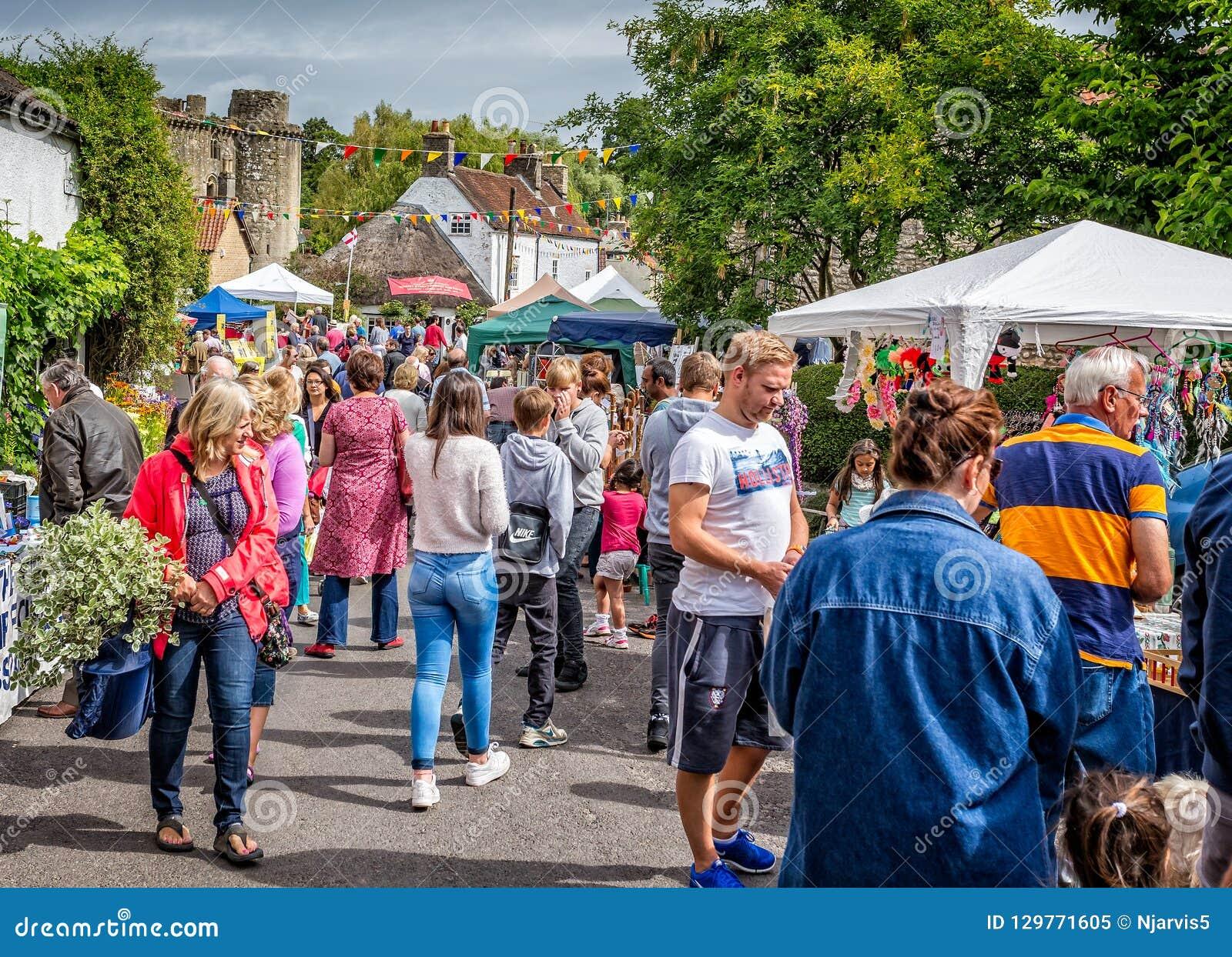 Tłumy robi zakupy przy ulicznymi kramami podczas Nunney Fayre w Nunney, Somerset,