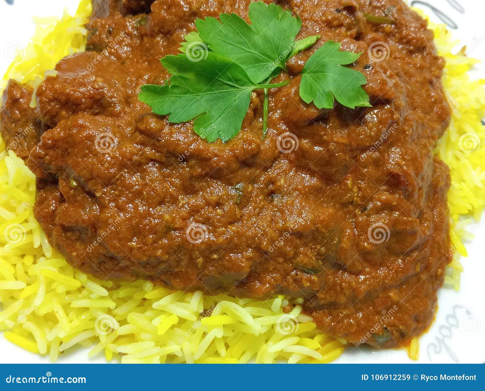 Tłustoszowata korzenna wołowina Madras i pilau ryż posiłek