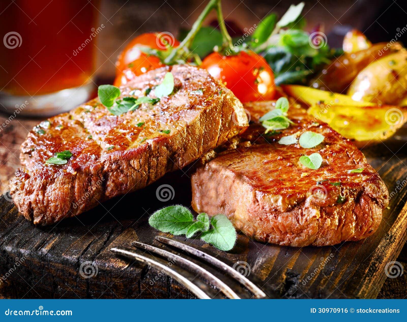 Tłustoszowaty polędwicowy stek i pieczeni warzywa