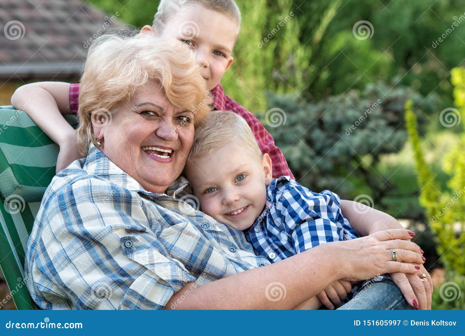 T 美丽的祖母和她的两个心爱的孙