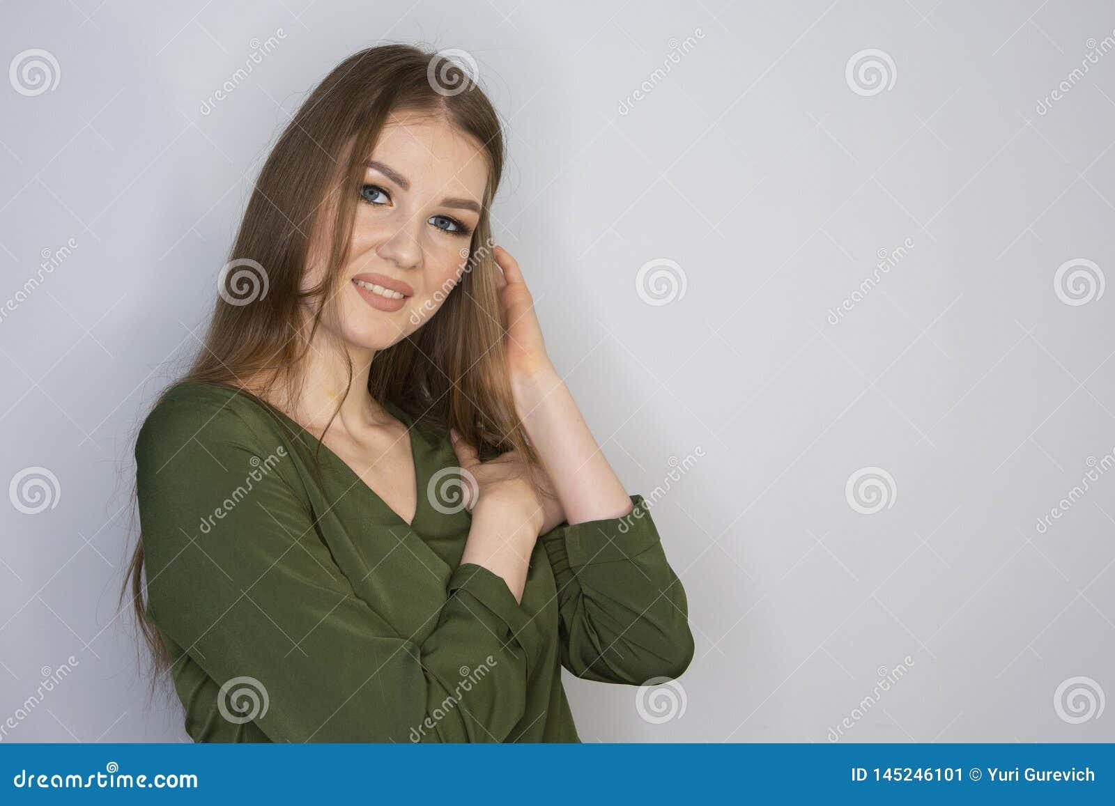 微笑年轻可爱的红头发人的女孩看照相机 有限的景深