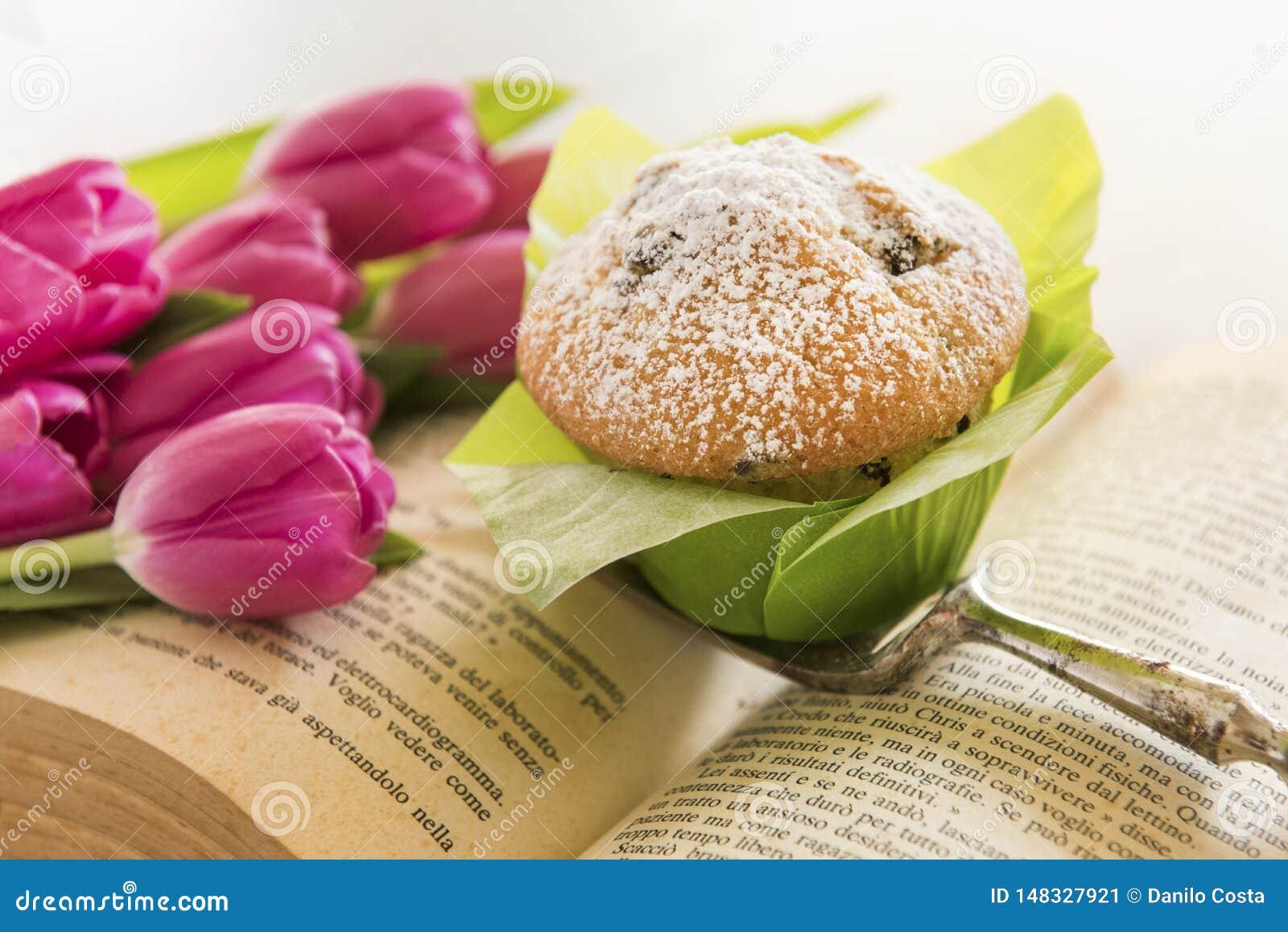 T? e muffin con le tazze bollenti verdi con i tulipani