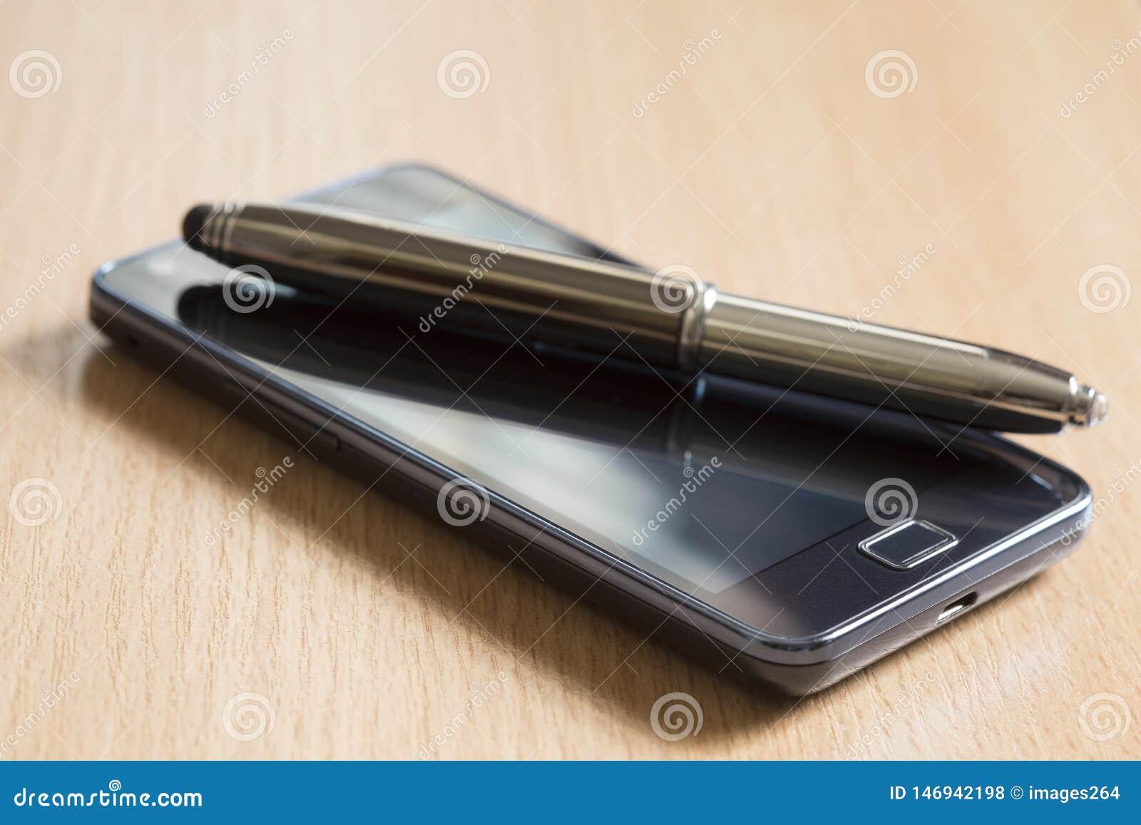 T?l?phone portable et un crayon lecteur