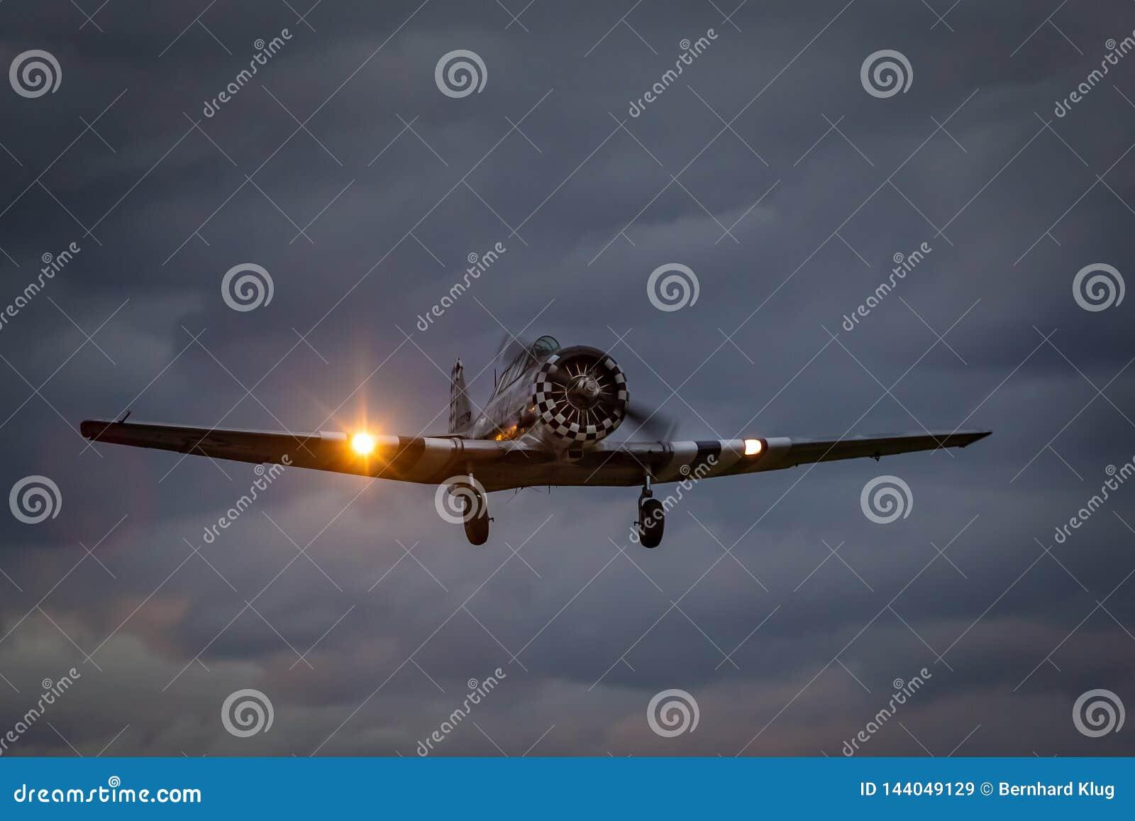 """T-6 nordamericano """"texano """"che decolla dall aeroporto di Dala Järna"""