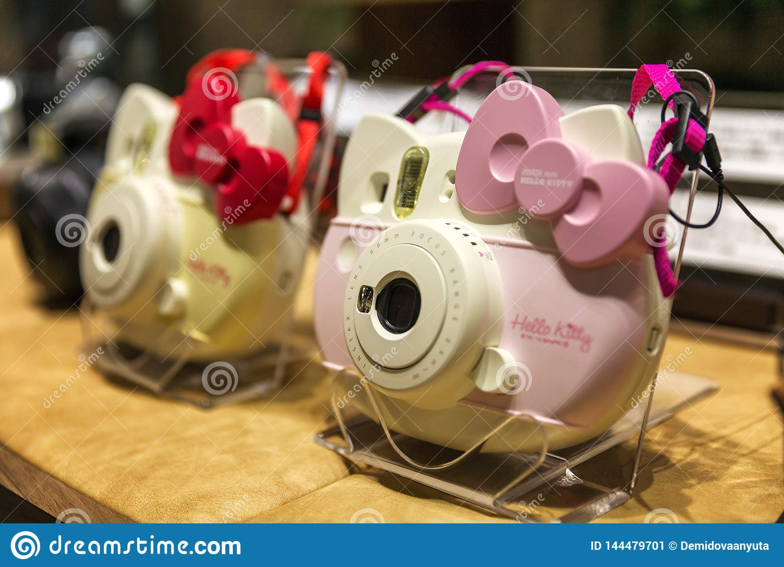 T?quio, Jap?o, 04/08/2017 Câmeras Hello Kitty na janela da loja