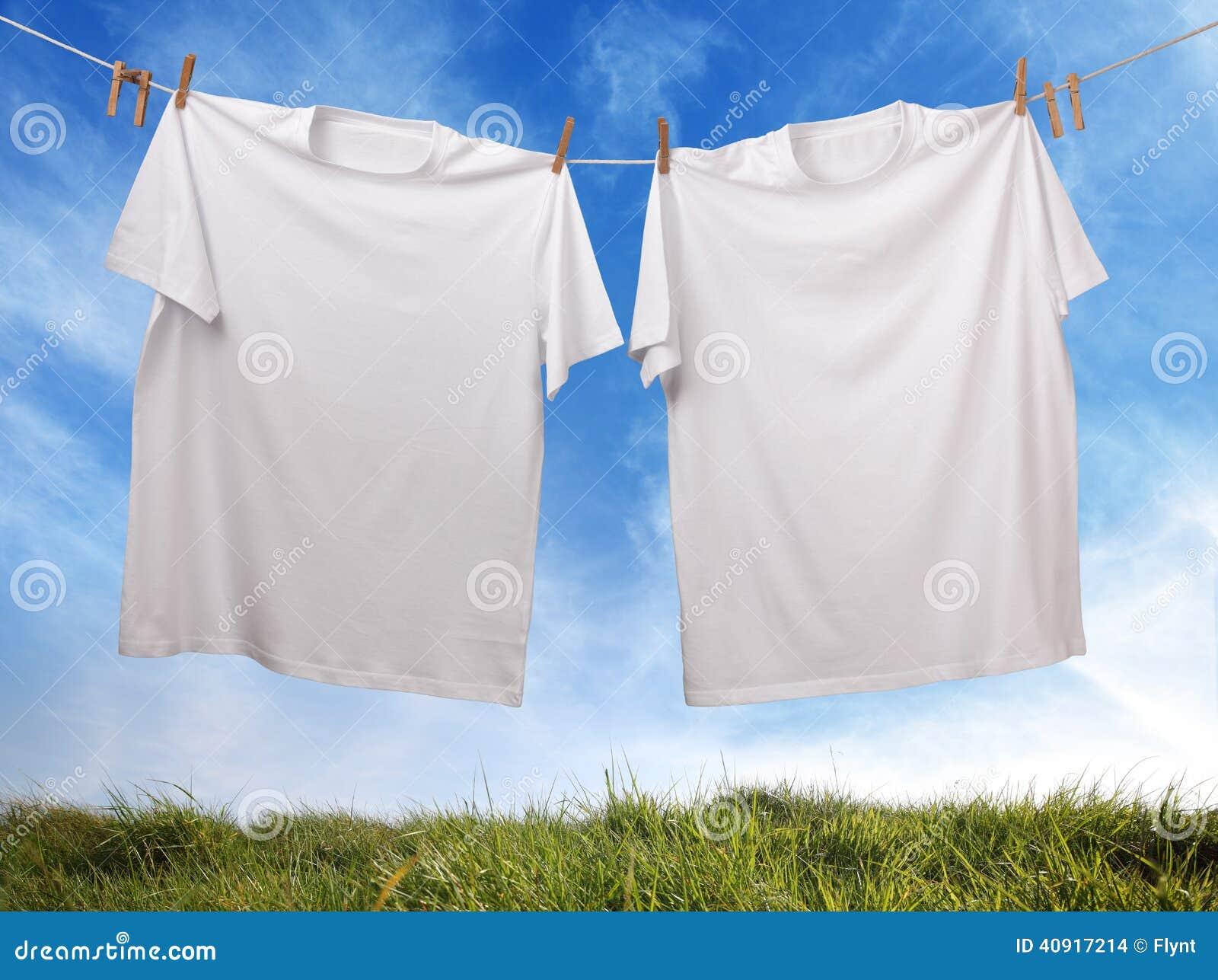 t shirt blanc vide accrochant sur la corde linge photo stock image 40917214. Black Bedroom Furniture Sets. Home Design Ideas