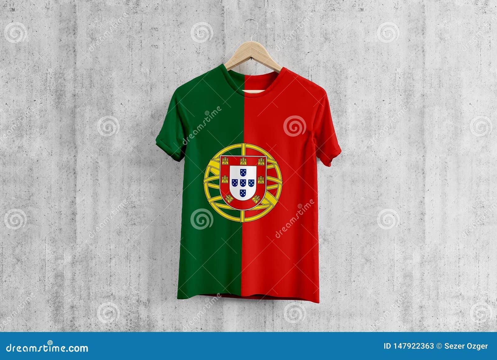 T-shirt da bandeira de Portugal no gancho, ideia uniforme do projeto da equipe portuguesa para a produção do vestuário Desgaste n