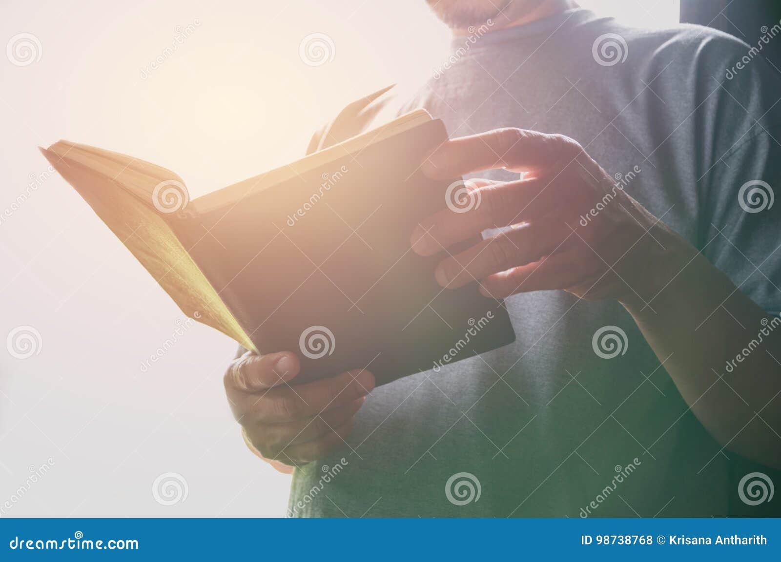T-shirt vestindo do homem do retrato Estada do homem na biblioteca para ler