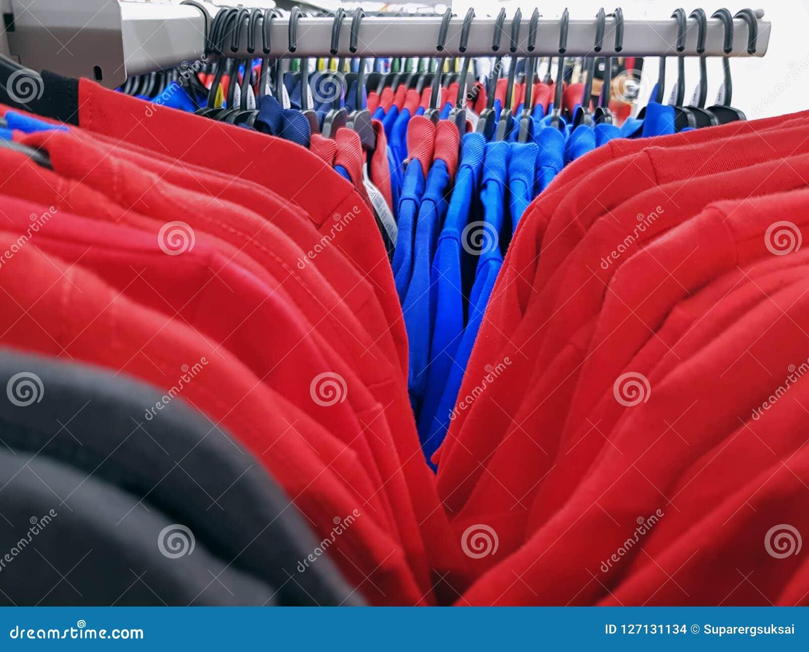 T-shirts en Polo Shirts Hanging op de Rekken met Selectieve Nadruk