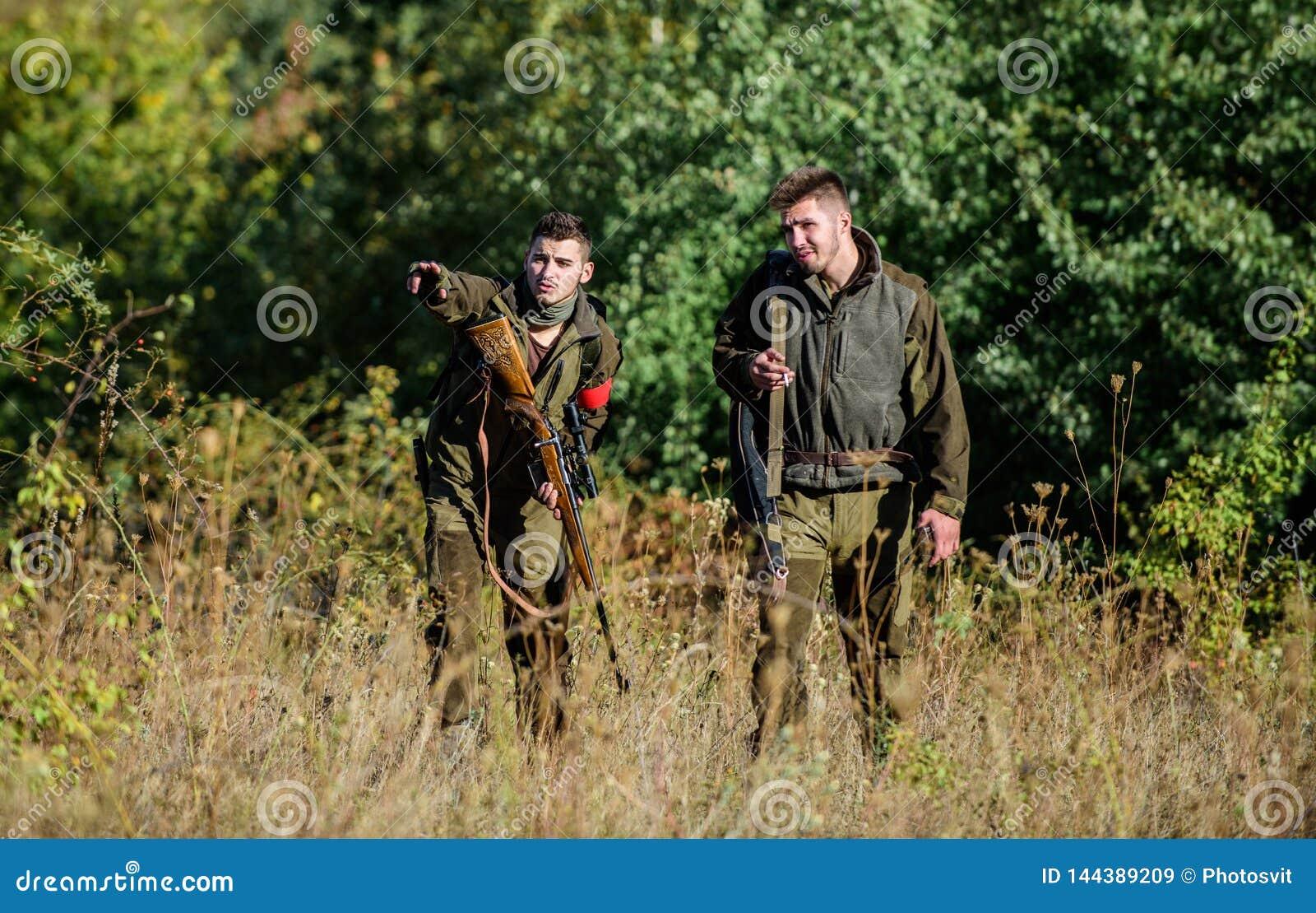 T?tigkeit f?r wirkliches Mannkonzept J?gerwildh?ter, die Tier oder nach Vogel suchen Jagd mit Freunden J?gerfreunde