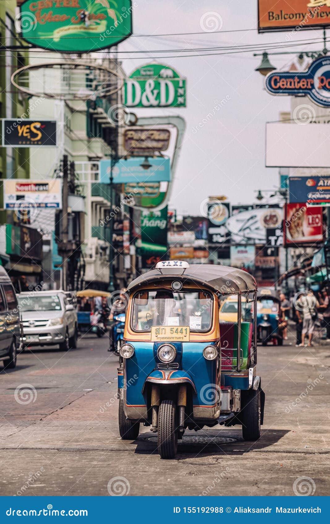 T?xi do tuk de Tuk na estrada de Kaosan em Banguecoque