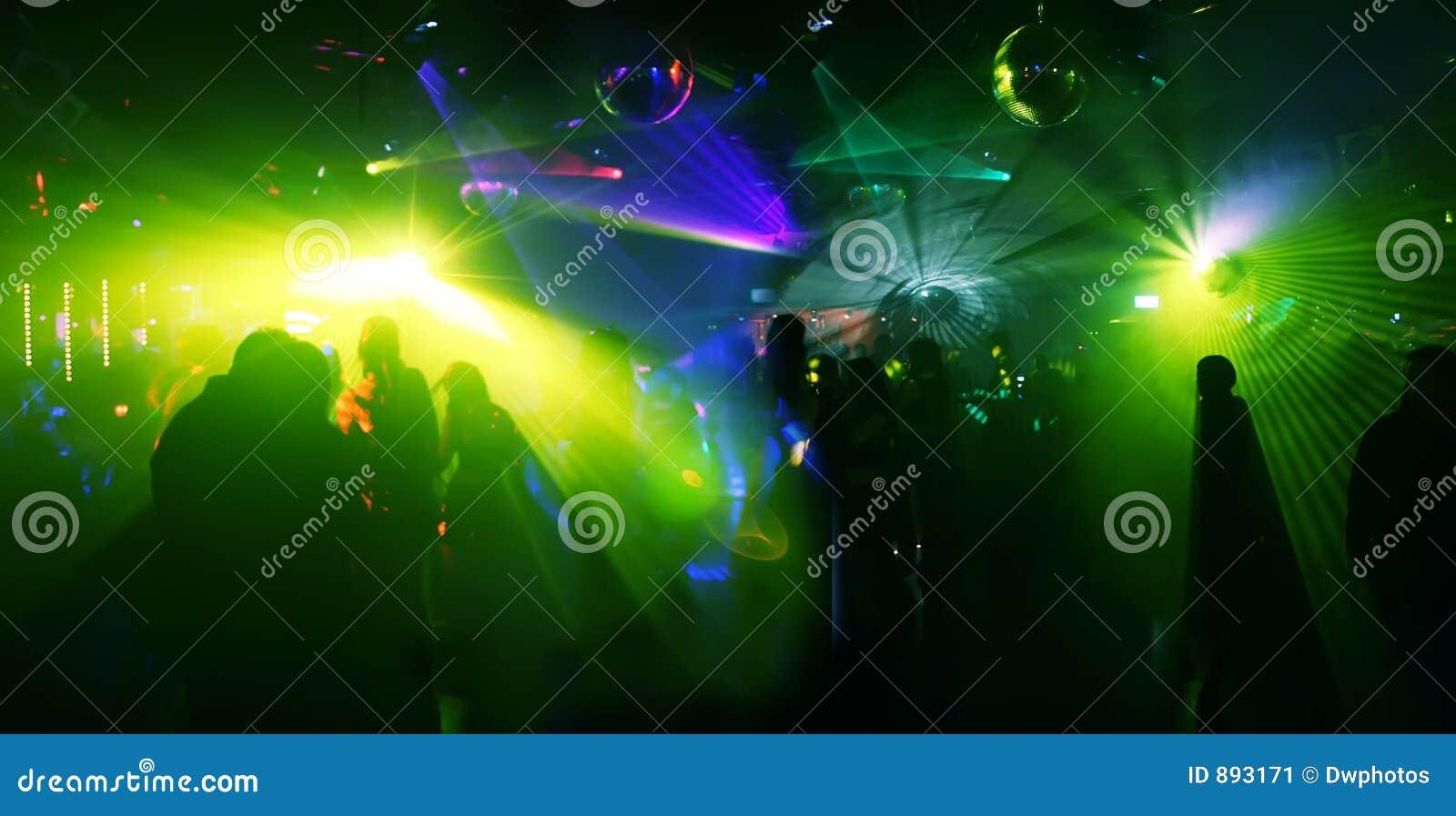 Tańczące skrajne zdjęcia wideangle ludzi