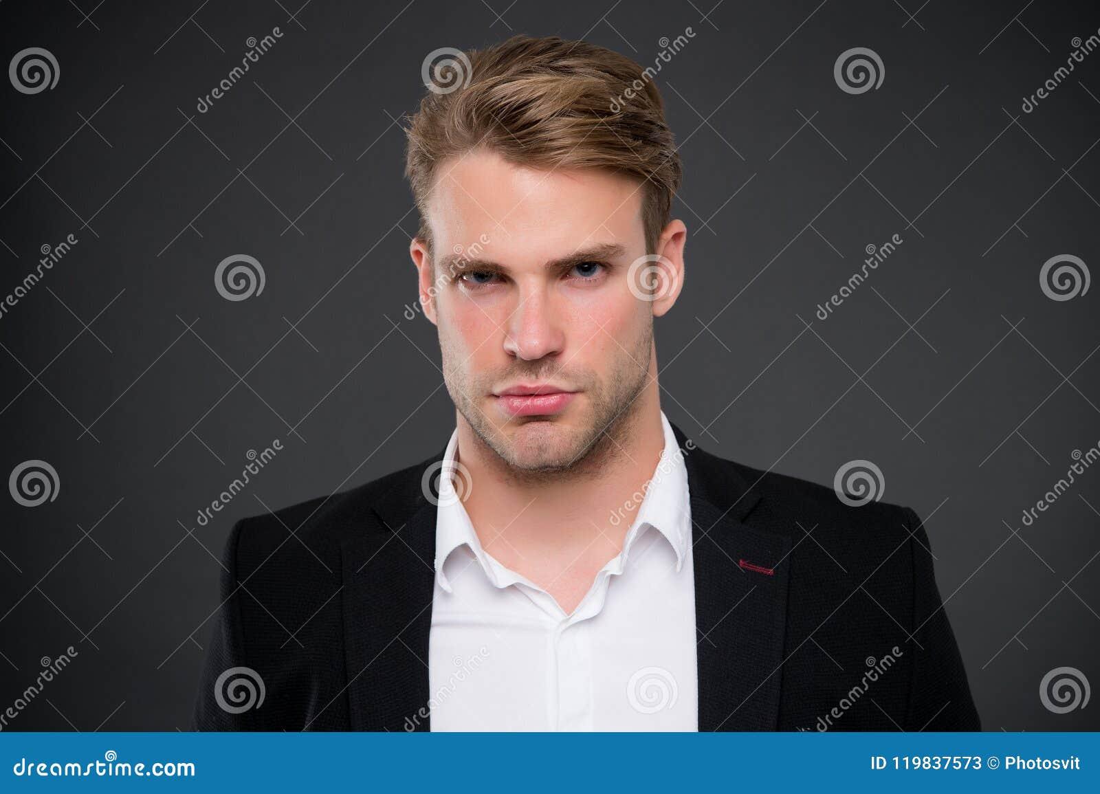 Ta liv allvarligt Man med borstet på orakad framsida Stilig affärsman i formella kläder Frisersalongsalong och man