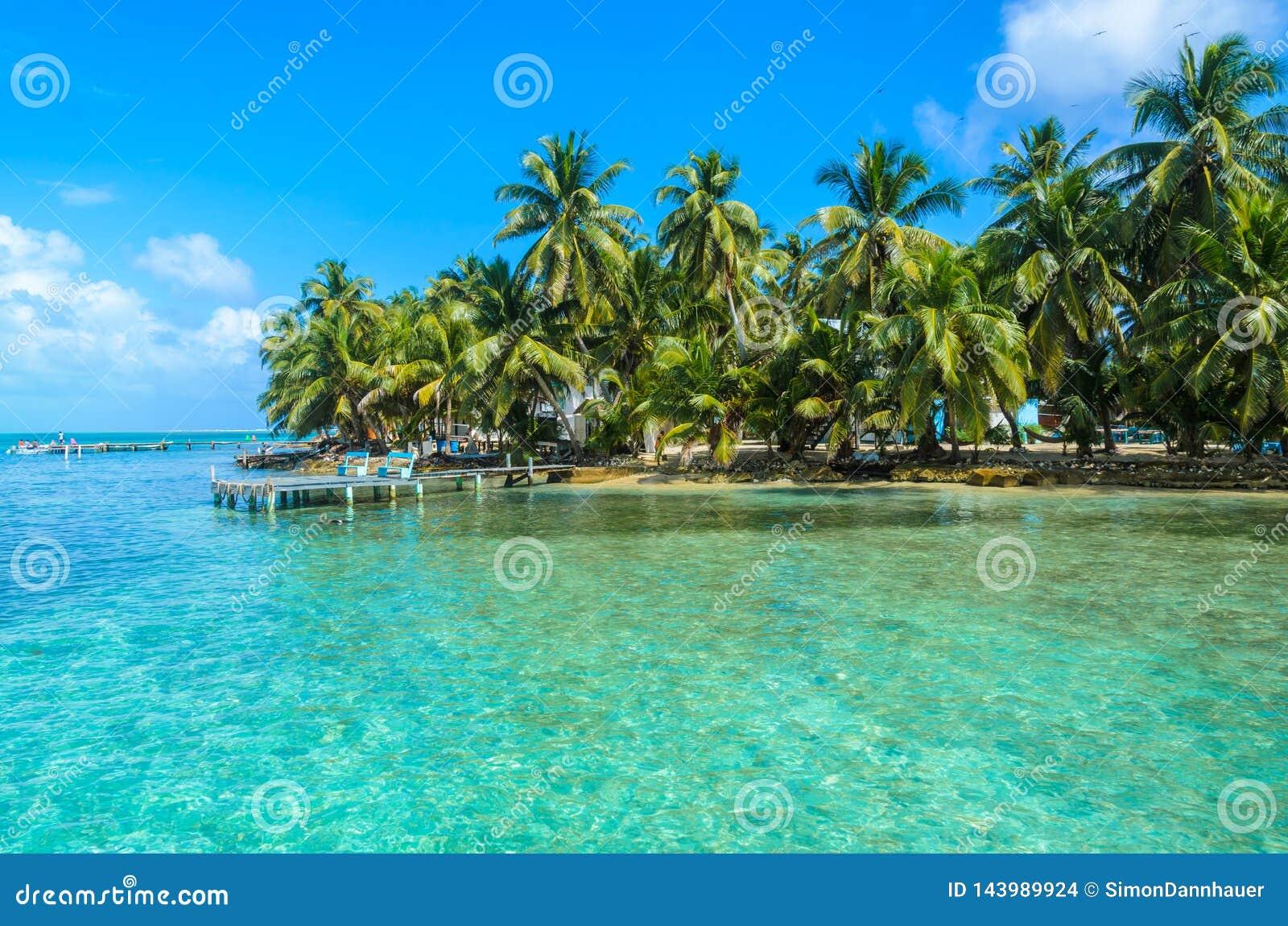 Tabaco Caye - peque?a isla tropical en la barrera de arrecifes con la playa del para?so, mar del Caribe, Belice, America Central