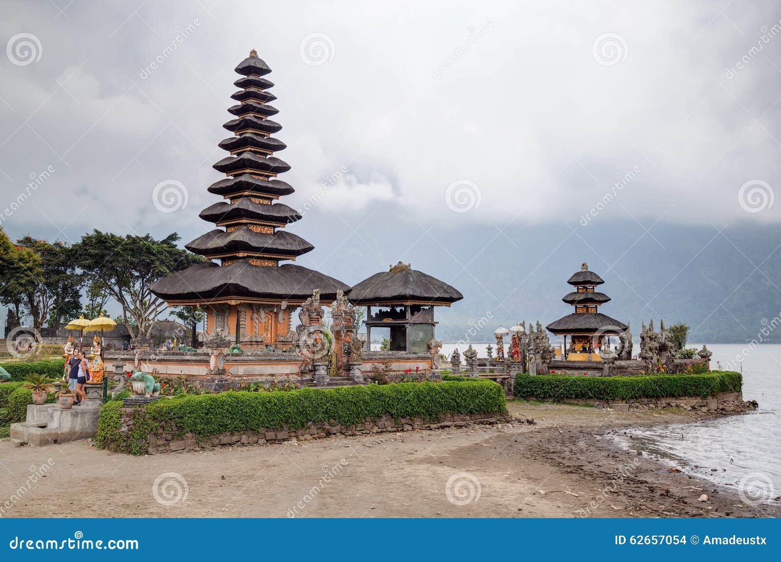 Tabanan, Bali/Indonesien - 09 25 2015: Pura Ulun Danu Bratan in Bali, Indonesien