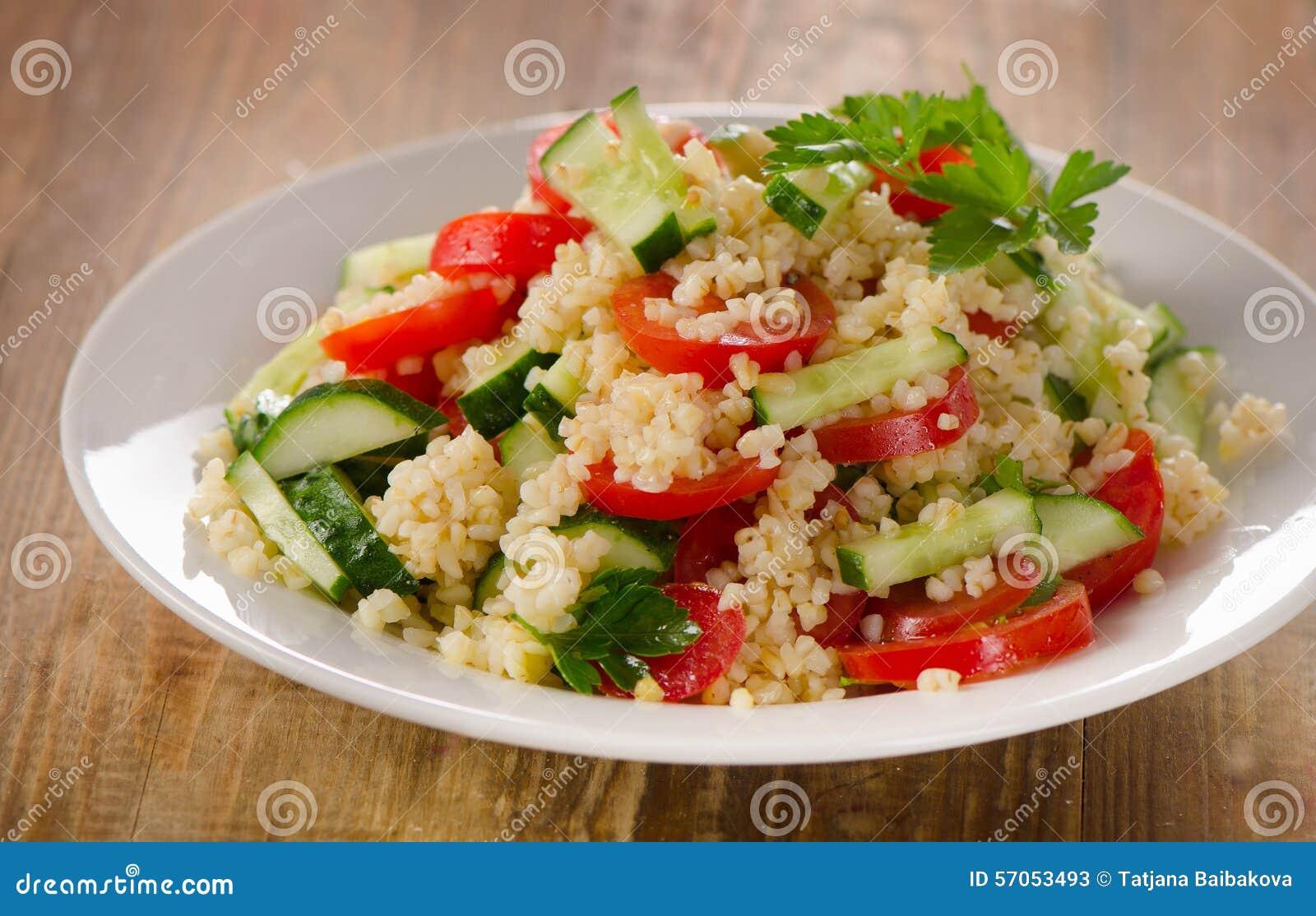 Tabboulehsalade met bulgur, peterselie en verse groenten