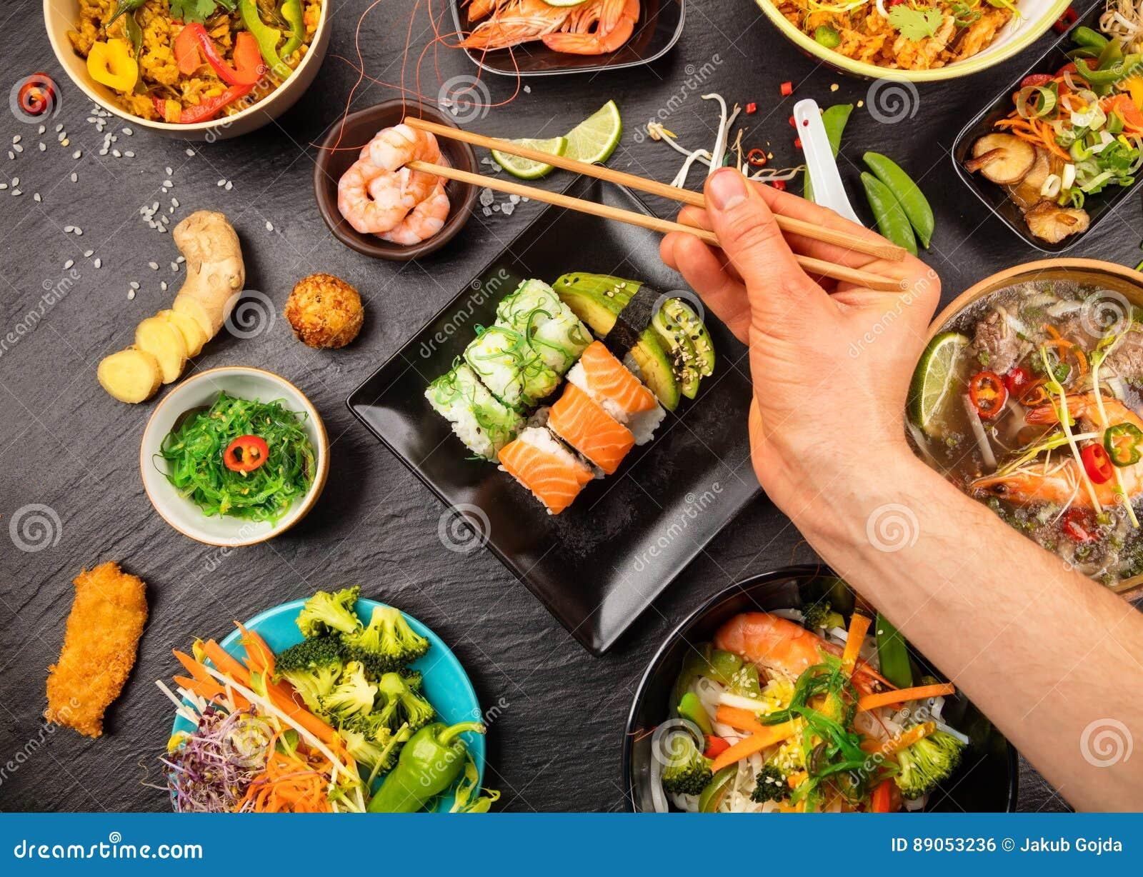 Tabela asiática do alimento com vário tipo do alimento chinês