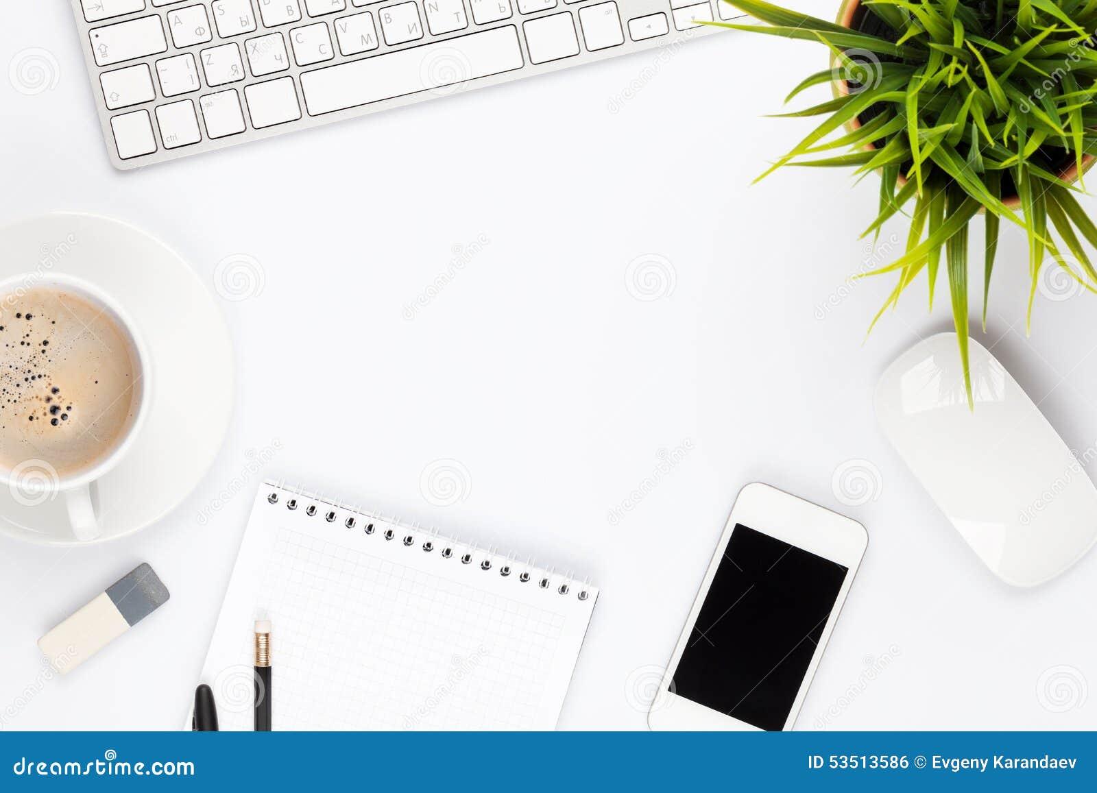 Tabela da mesa de escritório com o copo do computador, das fontes, da flor e de café