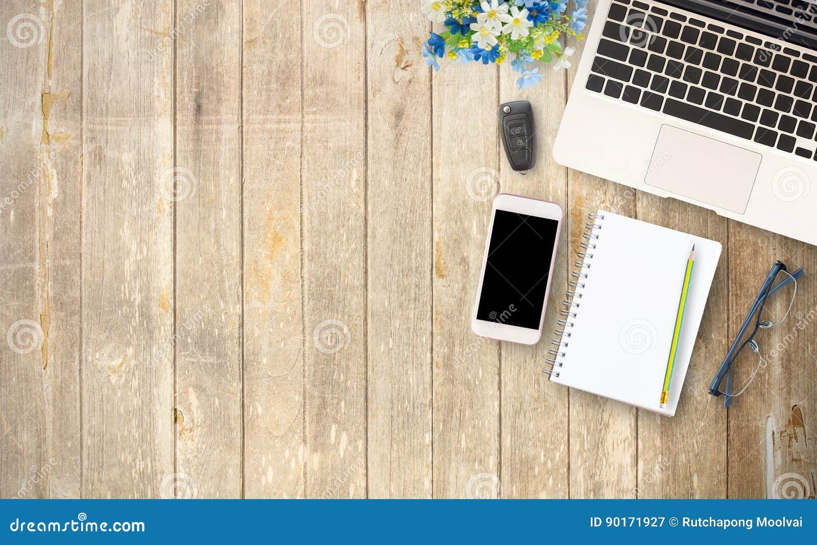 Tabela da mesa de escritório com o smartphone da tela vazia