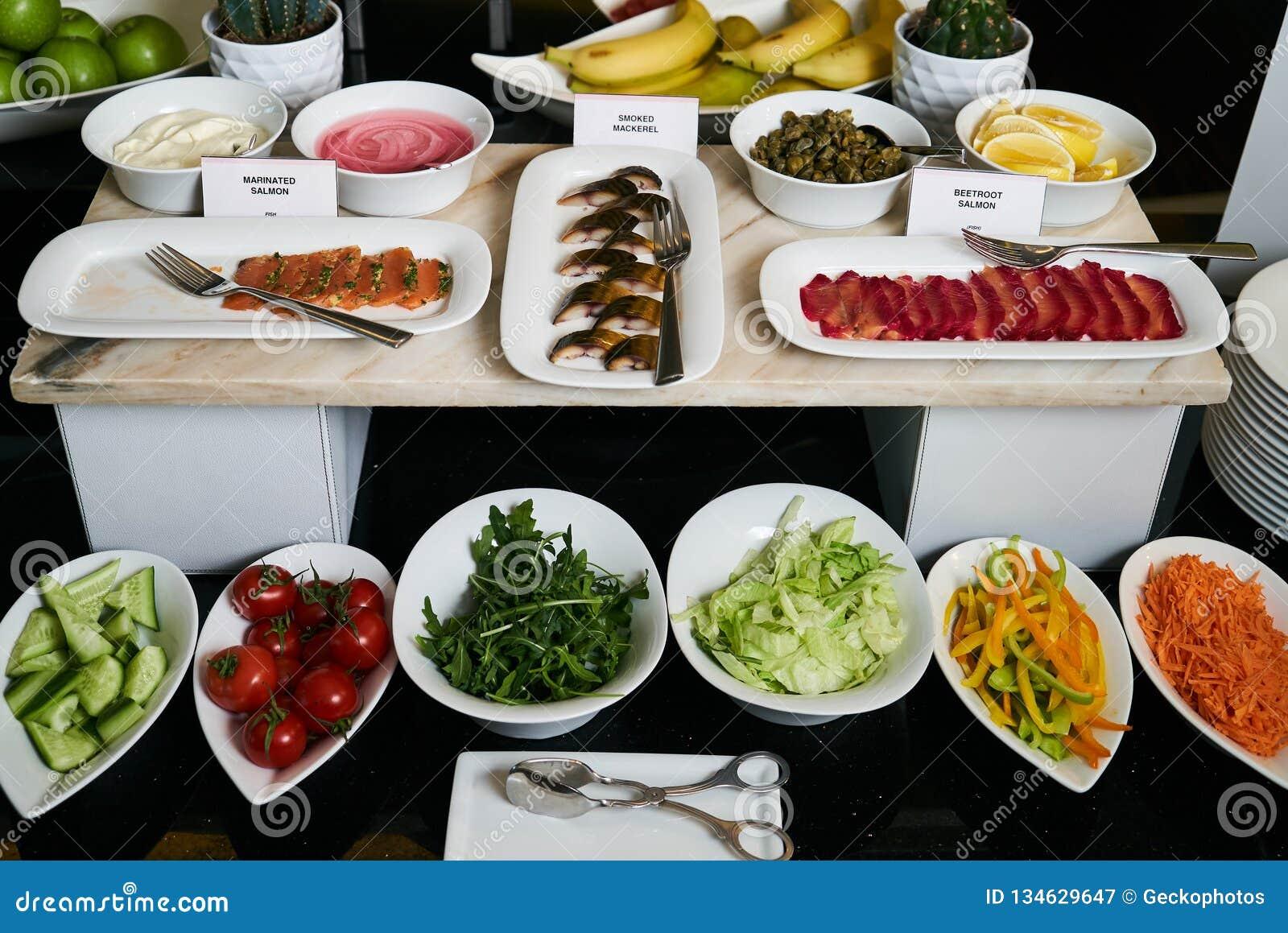 Tabela da restauração do bufete do restaurante do hotel com alimento do vegetariano, clo