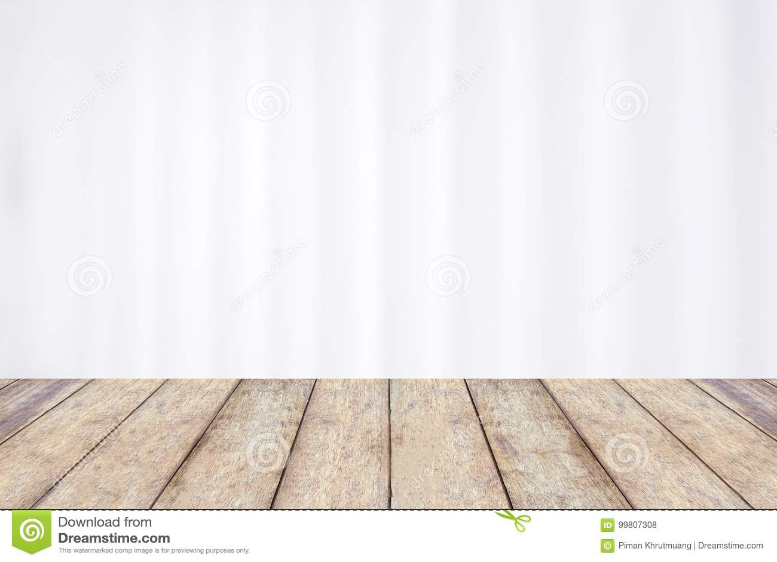 Tabela de madeira com a cortina branca do hospital do borrão abstrato
