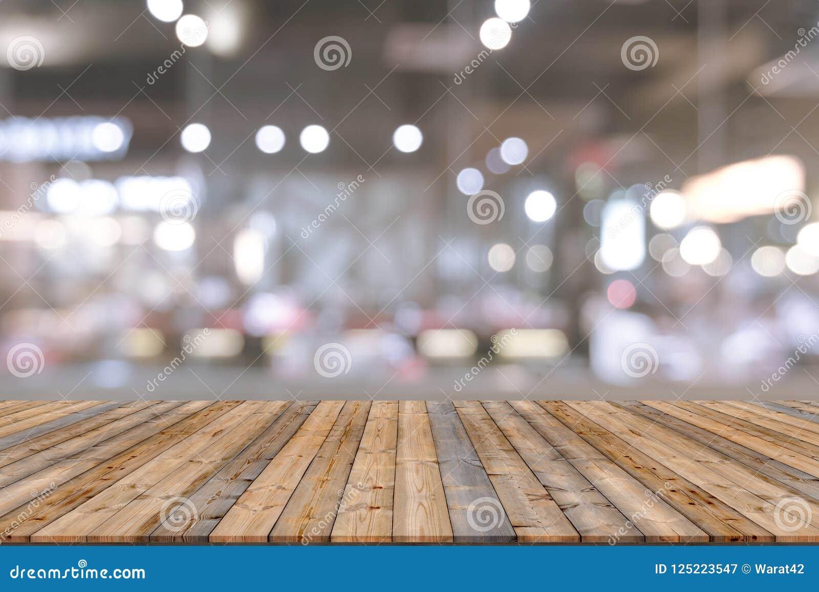 Tabela de madeira com fundo do restaurante do borrão Fotografia de Stock Royalty Free